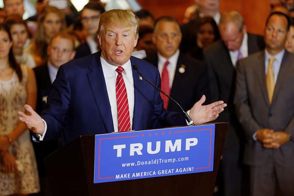 Donald_Trump_Signs_The_Pledge_08