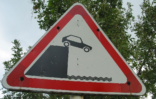1280px-car_off_cliff_sign-small