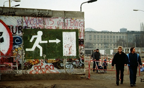 800px-Fall_of_the_Berlin_Wall_1989,_people_walking